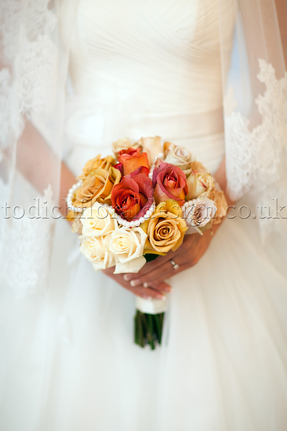 orange-peach-yellow-autumn-bridal-bouquet-styles-autumn-wedding-flowers-in-season-by-london-wedding-florist-rustic-autumn-wedding-bouquets-autumn-wedding-flower-arrangements