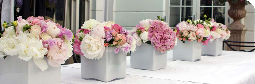 white-cube-vases-pink-and-white-flowers